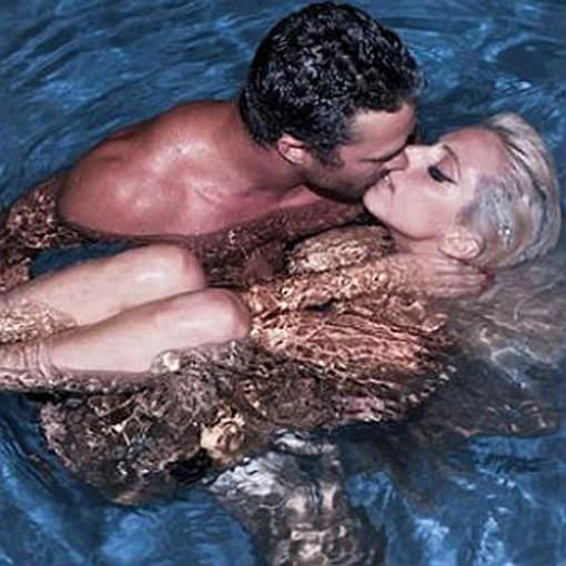 Lady gaga totalement nue avec son petit ami dans une piscine for Nue a la piscine