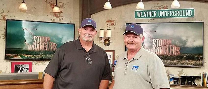Deux présentateurs vedettes d'une émission américaine sur les chasseurs de tornades tués hier au Texas - Vidéo