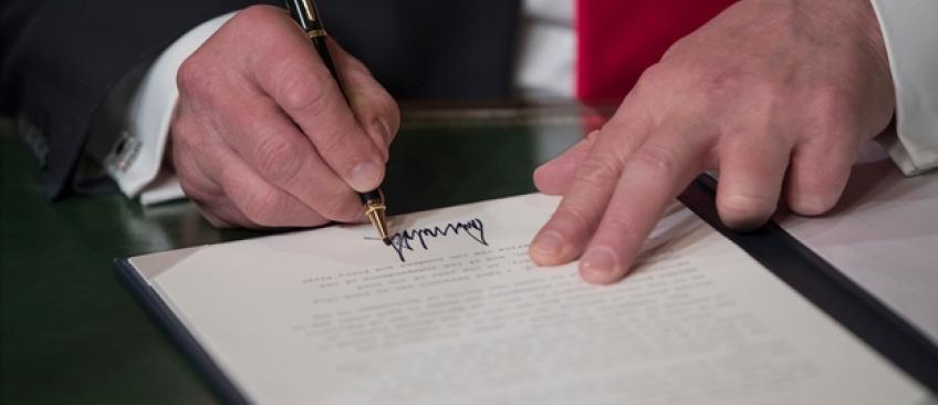 """USA:  Donald Trump a signé un premier décret contre l'emblématique loi """"Obamacare"""""""