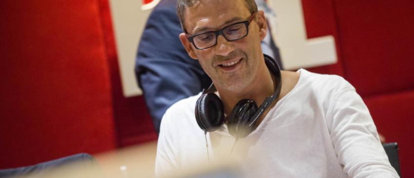 Audiences radio: Sur RTL, Julien Courbet et Yves Calvi ironisent en chanson sur les résultats d'Europe 1  - Ecoutez