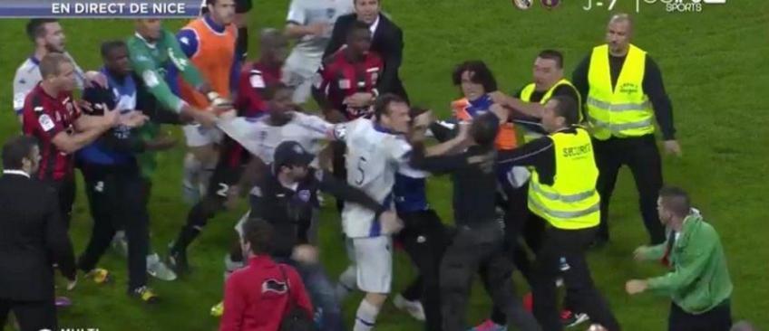 Foot: Envahissement de terrain et bagarre générale hier soir à la fin du match Nice-Bastia - Regardez