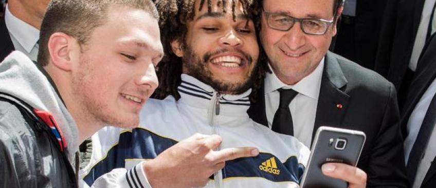 La presse suisse recherche l'homme qui a fait un selfie avec François Hollande en lui faisant un doigt d'honneur