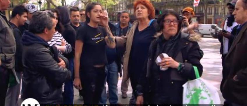 """Tensions entre Véronique Genest et des manifestants de """"Nuit debout"""" Place de la République à Paris - Regardez"""