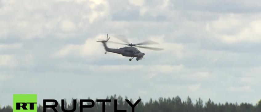 Les images dramatiques d'un hélicoptère russe qui s'écrase en direct à la télé et devant des milliers de spectateurs - Regardez