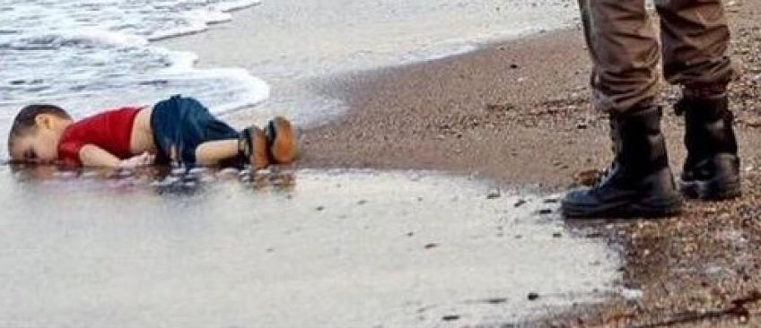 Migrants: La photo bouleversante d'un enfant mort sur une plage fait la Une des médias du monde entier...sauf en France !