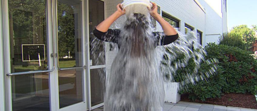 """Les candidats de télé-réalité accusés d'avoir détourné le """"Ice Bucket"""" en France uniquement pour faire leur pub !"""