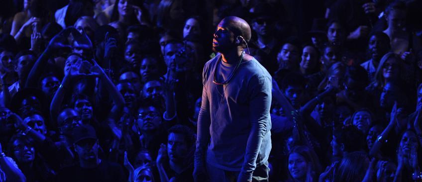 """Colère contre Kanye West qui demande à des handicapés de """"se lever ou il ne reprend pas son concert !"""""""