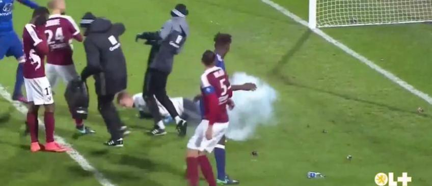 Les images inadmissibles du match Metz-Lyon arrêté après des jets de pétards sur le gardien lyonnais (Vidéo)