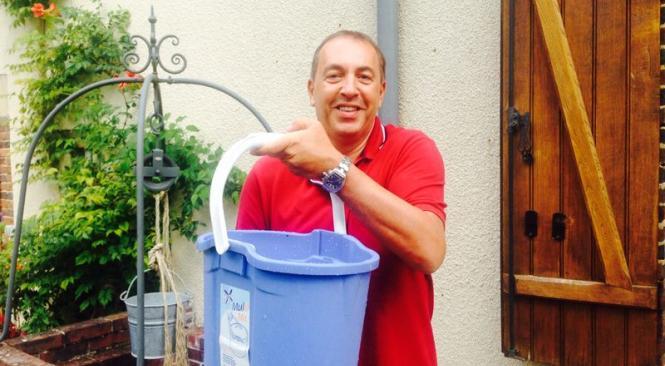 """Nominé, Jean-Marc Morandini relève le """"Ice Bucket Challenge"""" et nomine à son tour 3... amies ! Regardez"""