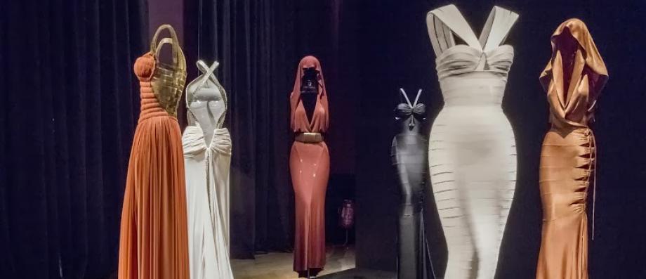 Le célèbre couturier franco-tunisien Azzedine Alaïa, connu pour ses robes ultra-moulantes, est décédé