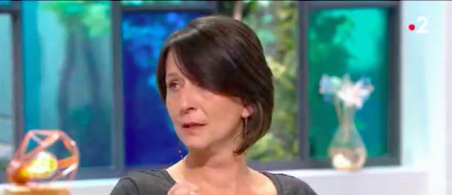 Bouleversée, une femme raconte sur France 2 comment son beau frère a tué sa soeur avant de tenter de se suicider - Regardez