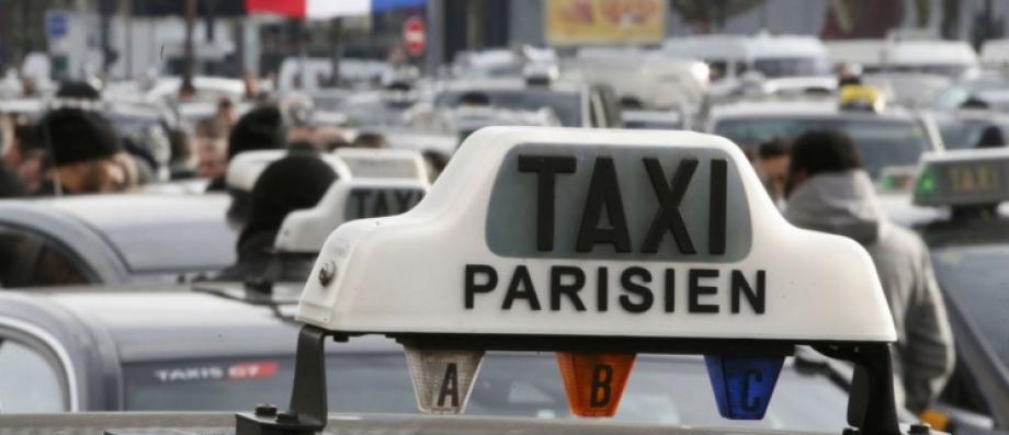 Trois touristes piégés par un faux taxi à l'aéroport parisien de Roissy-Charles-de-Gaulle braqués avec une arme et dépouillés