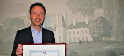 Stéphane Bern reçoit Le prix Saint Roch, de la part du Syndicat National du Commerce de l'Antiquité, de l'Occasion et des Galeries d'Art