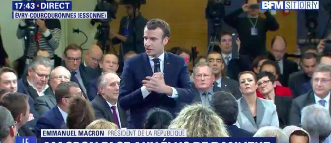 Emmanuel Macron a effectué une visite surprise dans les locaux d une  association, suivie d un bain de foule avant d ouvrir son premier débat  avec des maires ... 6c4f042c430