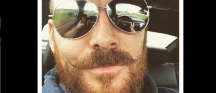 b2c985afb1856c Un britannique se prend en selfie au volant de sa voiture, et se trahit par  le reflet de ses lunettes - La police le sanctionne!