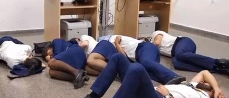 ryanair des employ s de la compagnie a rienne ont ils vraiment du dormir sur le sol dans un. Black Bedroom Furniture Sets. Home Design Ideas