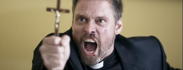 Aude : la séance d'exorcisme terrorise un quartier résidentiel Stephen-billington-tonton-cure-dans-l-exorcisme-de-manuel-carballo